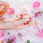 魅力的な香りをまとった女性は、おしゃれな印象で多くの方から好まれる憧れの存在です。そこで今回は、プチプラが嬉しいレディース香水の2021年最新情報をまとめました。定番のローズ系や甘めのバニラ、爽やかでフレッシュなフレグランスまで様々な香りが揃っているので、人気の理由や選び方のポイントとあわせてプレゼント選びに役立ててください。