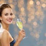 女性の誕生日に贈ると喜ばれるシャンパンのブランドランキング「2019年最新版」情報をまとめました。女性はシャンパン好きの方が多く、おいしいものはとにかく幸せな気持ちにさせてくれるため、シャンパンはプレゼントとしておすすめです。今はどんな料理にもなじみやすい辛口がシャンパン本来の味を楽しめると言われており主流ですが、相手の女性がそれほど飲酒の習慣のない方であれば飲みやすい甘口も喜ばれます。ぜひ参考にしてください。