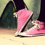 歩きやすく様々なシーンで活躍するスニーカーは何足あっても困らないため、プレゼントとしても多く選ばれています。今回は女性におすすめの歩きやすいブランドスニーカーを厳選し【2019年 最新版】ランキングとしてご紹介します。歩きやすさは、スニーカーの靴底の素材によっても変わってきます。歩きやすさは、スニーカーの靴底の素材によっても変わってきますので、相手の女性がどのようなシーンでスニーカーを履くのか考慮してプレゼントする必要があります。ぜひ相手の女性の足にフィットする一足を見つけてください。