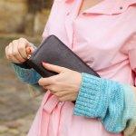 財布は、女性へのプレゼントのなかでも常に人気が高いアイテムです。今回は、質にこだわる女性にも納得してもらえる栃木レザーを使用した財布を厳選しました。2019年の最新情報を含めた長財布や折財布など、細部まで職人がこだわった大注目のアイテムをご紹介します。大切な女性の方へのプレゼント選びの参考にしてください。