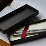 ペリカンのボールペンは、長年多くの方から選ばれ続けている高級筆記具としてプレゼントに高い人気を誇っています。 今回は、数多くあるラインアップの中から特に人気が高くてプレゼントにも相応しいシリーズをご紹介します。一般的なボールペンの他に、ローラーボールペンといった万年筆とボールペンの良いところを合体させたボールペンもあります。日頃から万年筆をよく使う方へのプレゼントにぴったりでおすすめです。ぜひ参考にしてください。