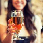 ビールと一口にいっても様々な種類があり、人によって好みが違います。お酒好きの女性に喜んでもらえるよう、相手の好みに合わせたビールをプレゼントしましょう。加えて、ビールをより楽しんでもらえるアイテムをあわせて贈るのも良いですね。ビールをプレゼントする際の選び方、おすすめアイテムなどをご紹介します。ぜひ参考にしてみてください。