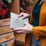 ツモリチサトのレディース長財布は、独特のかわいいデザインで多くの女性の心を掴んでいます。今回は様々なアイテムのなかから、とくに人気を集めているシリーズを編集部が厳選し、ランキングにまとめました。さらに、上手な選び方や気になる予算もあわせて解説しているので、ぜひ最後までチェックして財布選びに活用してください。