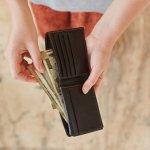 洗練された雰囲気を演出できるポーターガールのレディース財布は、多くの女性達の支持を集めているアイテムです。この記事では、そんなポーターガールの商品の魅力や特徴を、シリーズごとに詳しく紹介します。注目のアイテムがひと目でわかるランキングは必見です。そのほかに、予算・相場や選び方のポイントなどの役立つ情報が満載なので、財布選びの参考にしてください。