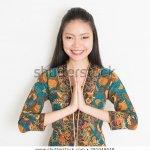 Kebaya adalah busana yang umum digunakan wanita di Indonesia untuk menghadiri pesta dan berbagai acara khusus yang bersifat formal. Kebaya batik menjadi salah satu pilihan kebaya yang bisa membuat wanita tampang anggun dan mempesona dalam balutan nuansa etnik Indonesia. Berikut rekomendasi kebaya batik pilihan untuk kamu yang ingin memiliki baju kebaya batik terbaru.