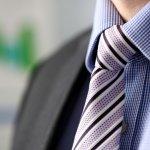スーツの着こなしにも、休日のジャケットスタイルにも欠かせないメンズネクタイは、40代男性にとって必須アイテムです。この記事では編集部が行ったwebアンケート調査などをもとに、40代男性にぴったりのネクタイが見つかるブランドをランキング形式でまとめました。注目を集めている人気ブランドを厳選しましたので、ぜひ最後までご覧ください。