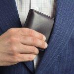 責任ある仕事を任されるようになる30代男性は、落ち着いた雰囲気を醸し出すスタイリッシュな小物を持つことも重要です。この記事では、編集部がWEBアンケートなどから集めたデータを元に厳選した、メンズ二つ折り財布の人気ブランドをランキング形式でご紹介します。30代男性にぴったりな上質ブランドのみをセレクトしていますので、財布選びの参考にしてください。