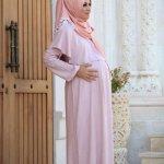 Saat hamil, busana harus menunjang perubahan bentuk tubuh. Bagi Mom muslimah, tentunya ingin busana menutup aurat yang nyaman dikenakan di luar rumah, juga baju hamil yang cantik untuk dipakai di depan suami. Berikut rekomendasi dari kami.