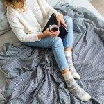 レディース靴下は、足元のおしゃれに欠かせないアイテムです。この記事では、40代女性に人気の靴下を扱うブランドをランキング形式で紹介していきます。編集部がwebアンケートなど有力な情報をもとに厳選しているため、実際にたくさんの女性に選ばれているブランドがわかります。ランキングに加えてアイテムの上手な選び方も解説するので、自分に似合う1足を探している人は必見です!