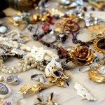 Siapa bilang perhiasan cantik hanya bisa ditemukan di era modern saja? Kamu perlu tahu, bahwa sejak zaman dahulu telah tercipta perhiasan yang memukau. Bahkan dari ribuan tahun lalu, perhiasan dengan logam mulia sudah digunakan oleh masyarakat. Untuk itu, siap-siap terpana dengan perhiasan kuno yang pernah diciptakan berabad-abad lalu, ya!