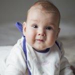 Bayi sudah mulai belajar makan Makanan Pendamping ASI (MPASI)? Tentunya, celemek menjadi hal yang penting yang mesti dilengkapi. Nah, sebelum memilih celemek untuk bayi Anda? Simak dulu ulasan dan rekomendasi BP-Guide berikut ini, ya.