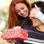 अपने प्रेमी के साथ पहली वर्षगांठ एक रिश्ते में सबसे खास स्थलों में से एक है। इसलिए हम आपके लिए 10 सर्वश्रेष्ठ और रोमांटिक उपहारों की एक सूची लाए हैं जो आप उसे इस दिन दे सकते हैं। हम आपको गारंटी देते हैं कि वह निश्चित रूप से इसे पसंद करेगा। इसके साथ ही हमने आपको अपने बॉन्ड को मजबूत बनाने के तरीके के बारे में भी कई सारी जानकारियां दी हैं। जानने के लिए और पढ़ें