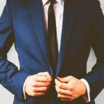 社会人として仕事に励む20代の男性に、落ち着きと風格を演出するブランド物のスーツをプレゼントとして贈ってみませんか。こちらでは20代の男性へのプレゼントとして人気のあるメンズブランドスーツのランキング【2019年最新版】をご紹介します。20代前半は社会人になったばかりで仕事を覚えることが多いので、誠実さと謙虚さを象徴するフレッシュな色合いのものをプレゼントするのがおすすめです。ぜひプレゼント選びの参考にしてください。