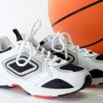 Memilih sepatu basket yang tepat tentunya penting bagi kamu yang hobi atau rutin melakukan olahraga yang satu ini. Mau tahu jenis sepatu basket apa saja yang banyak diburu karena kualitasnya yang tak diragukan lagi? Simak daftar dan tips memilih sepatu basket yang oke di bawah ini ya!