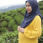 Masa kehamilan memang salah satu masa yang penting bagi seorang ibu. Meski sedang hamil, wanita tentu tetap ingin terlihat cantik dan stylish dengan busana yang dikenakan terutama para muslimah. Yuk intip tips memilih baju hamil yang tepat plus rekomendasi baju muslim ibu hamil berikut ini!