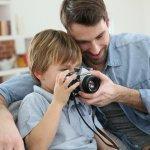 お父さんに感謝を伝え、笑顔になってほしい父の日。カメラ好きのお父さんには、とっておきのカメラグッズを贈って喜んでもらいたいですね。そこで今回は、カメラが趣味のお父さんや、これからカメラを始めたいお父さんへのプレゼントアイデアをお届けします。選び方のコツなどもご紹介しますので、ぜひ参考にしてくださいね。