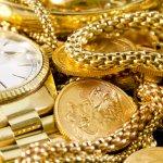 Đã từ lâu, trang sức trở thành loại phụ kiện quen thuộc với cánh mày râu. Những chiếc nhẫn, vòng tay hay dây chuyền đem lại vẻ đẹp lịch lãm, phong cách cho các quý ông. Đặc biệt khi sử dụng những trang sức bằng vàng thì các chàng sẽ trở nên sang trọng, cá tính hơn hẳn. Bài viết dưới đây là gợi ý 10 món trang sức bằng vàng được nhiều chàng trai ưng ý chọn lựa, hãy tham khảo ngay nhé!