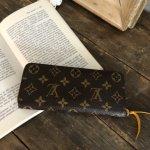 女性の憧れとも言えるルイ・ヴィトンのレディース財布は、若者から大人の女性まで幅広い年代に支持されています。そんなハイブランドの財布について編集部が調査を行い、人気のある長財布と二つ折り・三つ折り財布をランキングにしました。さらに、自分に合った財布を見つけるポイントも丁寧に解説しています。ぜひこの記事を最後までチェックして、好みのアイテムを手に入れましょう!