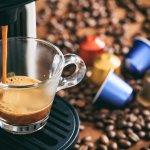 最近はコンビニでも安くて美味しい淹れたてのコーヒーが味わえますが、それが自宅で好きなときに味わえたら素敵ですよね。それを可能にしてくれるおしゃれなコーヒーメーカーは、コーヒー好きの人へのプレゼントに最適です。そこで、プレゼントに人気のおしゃれなコーヒーメーカーブランドを【2019年度 最新版】としてランキング形式にまとめました。コーヒーメーカーのプレゼントは、一度に作れる容量や、手入れのしやすさ、設置しやすい大きさであることなども確認して選びましょう。