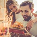 Tunjukkan seberapa besar perhatian Anda pada suami. Berikan ia hadiah tanpa menunggu momen istimewa. Yuk, intip aneka hadiah rekomendasi dari kami!