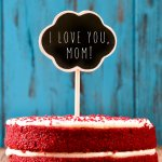 Dalam mengungkapkan perasaan cinta dan perhatian untuk Ibu, jangan pernah melupakan untuk memberikan hadiah spesial untuk Ibunda. Selain dengan mengadakan kejutan, hadiah kecil berupa kue dan kado juga sangat cocok untuk diberikan untuk Ibu tercinta.