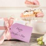 母の日のお祝いに、普段は言えない感謝や尊敬の気持ちをメッセージに込めてみませんか?「母の日くらいゆっくりしてね」といった労りのメッセージも良いですね。ここでは、母・義母・祖母それぞれに適したメッセージについて、書き方や喜ばれるポイント、おすすめの伝え方とあわせて具体的な文例をご紹介します。これらを参考に、ぜひ素敵なメッセージを贈ってください。