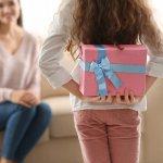 この記事では、中学生のお小遣いでも購入できる、母の日のプレゼントをご紹介しています。編集部がwebアンケート調査をはじめ、様々なデータをもとに選び抜いたおすすめの商品が満載です。お母さんにぴったりなギフトの選び方や、たくさんの中学生が実際に購入した人気アイテムがわかります。お母さんに喜んでもらえる贈り物を探してみてください。