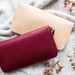 長財布は上品な印象があり、なおかつ収納力や機能性にも優れているため、女性から人気が高いアイテムです。今回は、レディース長財布のおすすめブランドをランキング形式でピックアップしました。50代の女性に好まれているレディース長財布のブランドや選び方のポイントを紹介しているので、自分にぴったりの財布を見つけてください。