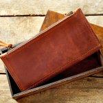 長く愛用できるメンズ長財布の購入を検討している方には、経年変化も楽しめる上質なダコタの革財布がおすすめです。この記事では、ダコタのメンズ長財布の人気シリーズをランキング形式でご紹介します。自分に合った財布の選び方も解説するので、ぜひとっておきの財布を見つけるための参考にしてください。