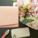 可愛らしさと上品さを兼ね備えたケイトスペードのレディース財布は、幅広い世代の女性から愛されています。この記事では、ケイトスペードの二つ折り財布や三つ折り財布のなかでも、とくに多くの人に選ばれているアイテムをピックアップしてご紹介します。各シリーズの魅力や特徴がひと目でわかるランキングに加え、おすすめの選び方も解説しているので、ぜひチェックしてみてください。