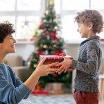 4歳の男の子にとって、クリスマスは指折り数えて楽しみに待つ特別なイベントです。そんな男の子のために、思い出に残る素敵なプレゼントを用意しましょう。今回は、編集部が実施したwebアンケートの結果などをもとに、4歳の男の子に喜ばれるクリスマスプレゼントをまとめました!人気の商品がひと目で分かるランキングは、プレゼント選びに迷っている方必見です。