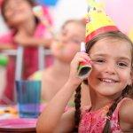 6歳くらいになると、女の子はだんだんと女の子らしいものを好むようになってきます。その反面、まだまだ赤ちゃんっぽいもので遊ぶこともあったりするため、誕生日にはどんなものをプレゼントしたらいいのか、迷うことも多いです。そこで、6歳の女の子の誕生日プレゼントに人気のアイテムを【2019年度 最新版】としてランキング形式にまとめました。大人と同じようなデザインのアクセサリーや、子ども用のメイク道具セット、おしゃれな衣装を着せ替えできる人形などは、女の子のおしゃれ心をくすぐるため、喜ばれます。参考にしてください。