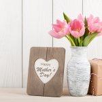 母の日にはとびきりのプレゼントを贈って、大好きなお母さんに喜んでもらいましょう。この記事では、編集部がwebアンケート調査などを元に選んだおすすめのギフトをランキング形式で紹介しています。5000円の予算で見つかる素敵なアイテムがそろっているので、ぜひチェックしてお母さんに最適な母の日のプレゼントを選んでください。