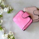 長財布よりもコンパクトなレディース二つ折り財布は、小さめのバッグにも入る人気のアイテムです。今回は編集部がwebアンケート調査などをもとに厳選した、女子大学生から支持されている二つ折り財布の人気ブランドをランキング形式でご紹介します。おしゃれで可愛い財布を探している方は必見です。