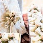Berbeda dengan memberikan kado ulang tahun, hadiah bagi pasangan pengantin yang baru menikah umumnya harus lebih bermanfaat untuk jangka panjang. Harapannya agar selama berumah tangga, hadiah bisa digunakan hingga bertahun-tahun ke depan untuk keluarga baru. Nah, berikut rekomendasi hadiah yang paling tepat untuk pasangan yang baru menikah.