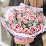 退職祝いの花束には、それぞれのお花がもつ花言葉や相手の好み、贈り物にしやすい旬の季節を考慮して種類を選びましょう。この記事では、webアンケート調査などのデータをもとに編集部が厳選した人気のお花についてまとめました。花束を贈るときのマナーや喜んでもらうためのポイントもわかりやすく解説しているので、ぜひ最後まで読んでみてください。