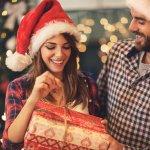 Natal sudah dekat dan tentunya kamu harus sudah menyiapkan hadiah untuk orang tercinta termasuk pacar tersayang. Kalau bingung harus memberikan apa, kamu bisa simak tips dan rekomendasi hadiah Natal terbaik yang bisa kamu berikan untuk pacar berikut ini!