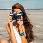 SNSに写真を投稿することが流行っている最近は、カメラを持ち歩く女性が増えています。今回は写真好きな彼女へのプレゼントに最適なカメラについて、2021年最新情報をまとめました。手軽なコンパクトカメラから本格的な一眼レフまでご紹介しますので、選ぶ際の参考にしてください。