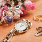 女性へのプレゼントに腕時計を選ぶ方は多く、なかでもソーラー時計は電池交換が不要な点から人気が高いです。今回は、相手の方に合ったソーラー腕時計選びに役立つ「2019年最新情報」をお届けします。