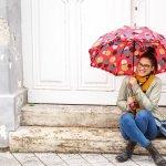 女性へのプレゼントとして年代を問わず人気の折りたたみ傘ですが、その人気の理由や選び方のポイント、人気のブランドやお値段について徹底的に調査してまとめました。折りたたみ傘を選ぶときには、軽さとサイズが大切です。また、女性にプレゼントするのに人気の折りたたみ傘を2019年度版ランキング形式でご紹介していますので是非参考にしてください。