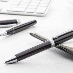 人気のエモーションやアンビションなどのファーバーカステルのボールペンは、高級なプレゼントの一つとして人気があります。こちらでは、そんなファーバーカステルの人気ボールペン厳選10選を2019年最新版でご紹介します。軸の素材によっても持ちやすさは変わり、同じ素材でもデザインによって好みが分かれますので、相手の手に馴染みやすい素材や太さ、デザインを考えて選びましょう。