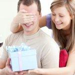 नीचे दिए गए अनुच्छेद में हमने आपसे  उन उपहारों के बारे में बात की है जिन्हें आप अपने भारतीय बॉयफ्रेंड को दे सकती है। हम पूरे यकीन से कहते हैं कि यह उपहार आपके बॉयफ्रेंड को बहुत पसंद आएंगे और इन उपहारों को आपके द्वारा पाने पर वह आपकी बहुत सहाना करेगा। उपहारों के साथ साथ हमने कुछ महत्वपूर्ण बातों का भी जिक्र किया है जिन्हें आपको ध्यान में रखना है।  यह सब कुछ जानने के लिए कृपया पूरा अनुच्छेद पढ़ें।