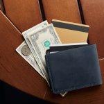ポール・スミスのメンズ二つ折り・三つ折り財布は、クラシカルななかにさりげない遊び心が加わっている、洗練されたデザインが魅力です。今回は、多くの人から好評を得ているポール・スミスのメンズ折り財布をご紹介します。人気シリーズのランキングや選び方のポイントをチェックして、長く愛用できるお気に入りの財布を見つけてください。