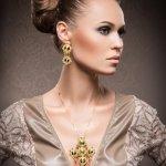 Anting adalah salah satu perhiasan yang paling diburu karena mudah terlihat. Bentuknya pun sangat beragam. Namun tetap, hanya anting emas yang akan memberi kamu tampilan yang lebih cantik dan fashionable.