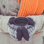 手を温かくしてくれ、寒さから防いでくれる手袋ですが、実用的なだけでなくおしゃれのいちアイテムとしても注目されています。手袋にも様々な種類があり、スマホが普及している現代にはもってこいのスマホ用手袋も発売されています。また、デザインも豊富で、素材にもこだわっているものもあり、プレゼントとして手袋は非常に喜ばれます。ここでは、人気の理由と、プレゼントする際に失敗しない選び方、種類、おすすめのブランド、コスパのいいブランドについて詳しく紹介します。