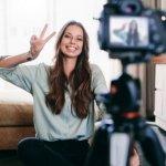 Menjadi seorang vlogger merupakan profesi yang sangat menggiurkan saat ini. Kalau kamu tergiur jadi vlogger, intip dulu rekomendasi alat untuk bikin vlog kamu supaya jadi lebih menarik berikut ini!