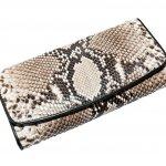 Dompet berbahan kulit ular dikenal dengan ketahanannya. Selain awet dan tahan lama, dompet berbahan kulit ular juga menjadi pilihan banyak orang, karena indah dan elegan. Dompet wanita juga banyak yang dibuat dari bahan kulit ular loh.