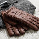 手袋は寒い冬の防寒グッズとして、とても重要なアイテムです。あたたかいのはもちろん、ファッションのアクセントにもなります。手袋を選ぶときには、利用シーンや素材、柄、カラーなどのポイントを押さえておくことが重要です。編集部が行ったwebアンケートを元に、40代男性に人気のブランドがわかるメンズ手袋のランキングをご紹介します。