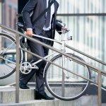 自転車での通勤・通学を考えている男性に、自転車のプレゼントはぴったりです。今回は、【2020年最新版】ランキングとして人気の通勤・通学用ブランド自転車を紹介します。相手の男性が、男性らしいスポーティさを求めるのか、荷物がたくさん詰めて頑丈なシティサイクルがよいのか、普段の自転車の使い方で求める形が変わりますので、事前にリサーチし、ニーズに合ったプレゼントを贈りましょう。