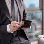 キプリスのメンズ財布には、牛革や馬革を贅沢に使ったシリーズが豊富です。さまざまな革の良さが味わえるので、レザークラフト好きの人や、質の良い物を長く愛用したい男性から支持されています。今回は編集部が厳選したデータを元に、大人の魅力を演出できる長財布やコンパクトな二つ折り財布の人気ランキングをお届けします。選び方のポイントもまとめているので、ぜひ参考にしてください。
